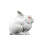 El conejito del conejo de Pascua, pequeña estatua i de la fayenza de la porcelana de las liebres Imágenes de archivo libres de regalías