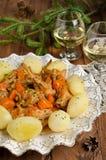 El conejo asado con las hierbas, las verduras y el vino blanco sauce Imagenes de archivo