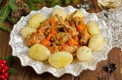 El conejo asado con las hierbas, las verduras y el vino blanco sauce Imagen de archivo libre de regalías