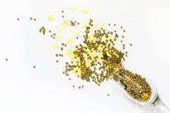 El confeti de oro en la forma de estrellas vertió los vidrios de champán en blanco Visión superior Fiesta de Navidad Noche mágica foto de archivo