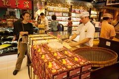El confitero fabrica las galletas en tienda de chucherías en Macao Imagen de archivo libre de regalías