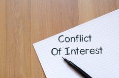 El conflicto de intereses escribe en el cuaderno fotografía de archivo libre de regalías