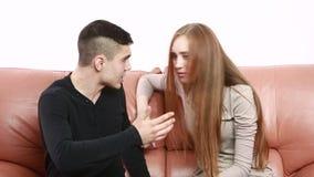 El conflicto joven hermoso de los pares que se sienta en un sofá discute infeliz almacen de metraje de vídeo