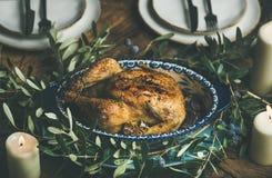 El conjunto asó el pollo con el ajo adornado con la rama de olivo Fotos de archivo libres de regalías