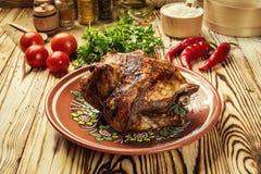 El conjunto asó el pollo, pollo entero asado a la parilla con de oro curruscante Imagen de archivo