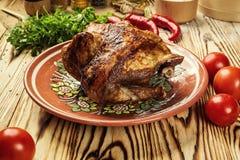 El conjunto asó el pollo, pollo entero asado a la parilla con de oro curruscante Foto de archivo