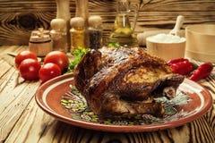 El conjunto asó el pollo, pollo entero asado a la parilla con de oro curruscante Foto de archivo libre de regalías