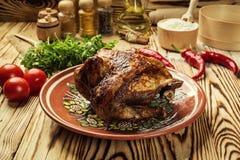 El conjunto asó el pollo, pollo entero asado a la parilla con de oro curruscante Fotografía de archivo