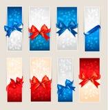 El conjunto de tarjetas de regalo coloridas con el regalo arquea Imagenes de archivo