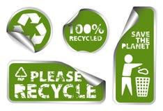 El conjunto de verde recicla escrituras de la etiqueta ilustración del vector