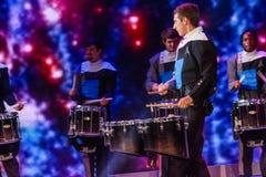 El conjunto del cuerpo de tambor y de bugle del alcohol juega en la conferencia de Microsoft Foto de archivo