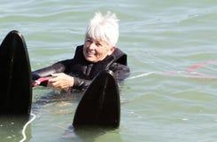 El conjunto listo va. Esquí acuático de una más vieja señora. Copie el espacio. Foto de archivo