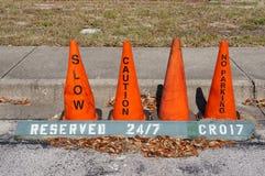 El cono anaranjado (pilón) sin el estacionamiento, reduce y advierte la muestra Imagen de archivo libre de regalías