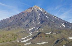 El cono del volcán de Koryak en un día soleado Foto de archivo