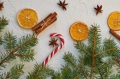 El cono rojo del caramelo con las estrellas del anís se cierra para arriba en el fondo blanco adornado con los palillos de canela Fotos de archivo libres de regalías