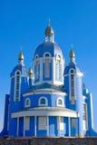 El conocimiento de Christian Church en fondo del cielo azul Fotografía de archivo