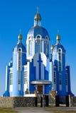 El conocimiento de Christian Church en fondo del cielo azul Imagen de archivo libre de regalías