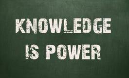 El conocimiento es poder escrito en una pizarra Fotos de archivo libres de regalías