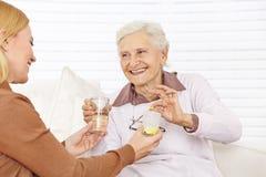 El conseguir de la mujer del jubilado fotografía de archivo libre de regalías