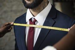 El conseguir del hombre de negocios es medida hecha Imagen de archivo