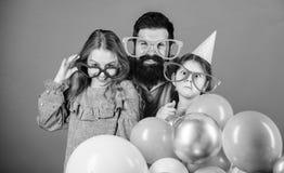 El conseguir divertido Familia de padre y de hijas que llevan gafas del partido Ni?os del padre y de la muchacha que disfrutan de fotos de archivo