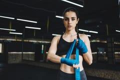 El conseguir femenino hermoso y apto del combatiente se preparó para la lucha o el entrenamiento Imagenes de archivo