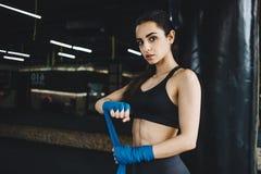 El conseguir femenino hermoso y apto del combatiente se preparó para la lucha o el entrenamiento Imagen de archivo libre de regalías