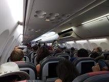 El conseguir listo para desembarcar del avión después de aterrizar fotografía de archivo libre de regalías