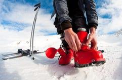 El conseguir listo para el esquí Foto de archivo