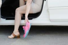 El conseguir listo para entrenar El concepto de pies femeninos después del wor Fotos de archivo libres de regalías