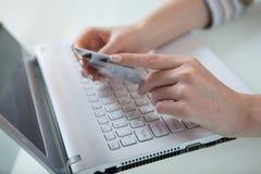 El conseguir listo para pagar en línea Imagen de archivo libre de regalías