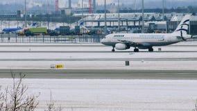 El conseguir plano de las líneas aéreas egeas listo para sacar, aeropuerto de Munich, Alemania metrajes