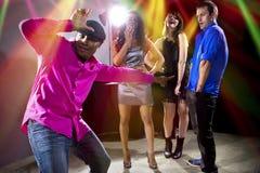 El conseguir rechazado por las muchachas en el club nocturno Imagenes de archivo