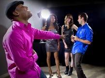 El conseguir rechazado por las muchachas en el club nocturno Fotos de archivo