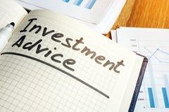 El consejo de la inversión firma adentro el cuaderno de notas fotos de archivo