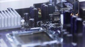 El consejo principal del ordenador, el montaje del circuito electrónico y los rayos encienden la rotación almacen de video