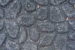 El considerar abajo la textura de la piedra del adoquín Imagenes de archivo