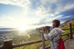 El considerar hacia fuera a través de los prismáticos un Mountain View hermoso Imagen de archivo