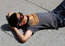 El considerar para arriba el eclipse solar Fotos de archivo libres de regalías
