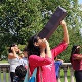 El considerar para arriba el eclipse solar Imagenes de archivo