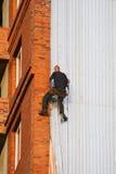 El constructor en una pared. Imagenes de archivo