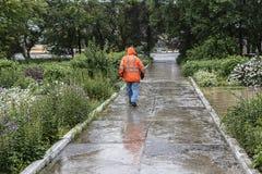 El constructor entra en la lluvia Foto de archivo
