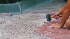 El constructor está poniendo piedras de pavimentación almacen de video