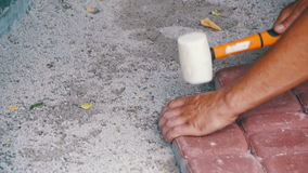 El constructor está poniendo piedras de pavimentación Cámara lenta metrajes