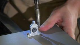 El constructor hace girar el tornillo almacen de metraje de vídeo