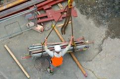 El constructor maneja el proceso de la construcción del gancho de la grúa que levanta w Fotografía de archivo