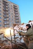 El constructor realiza el trabajo de la soldadura en el emplazamiento de la obra Foto de archivo libre de regalías