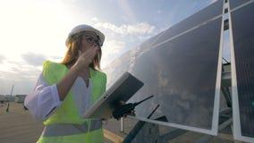 El constructor solar femenino está trabajando con los artilugios almacen de metraje de vídeo