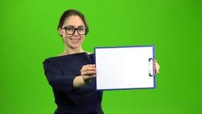 El contable aumenta una tableta de papel y sonríe Pantalla verde metrajes