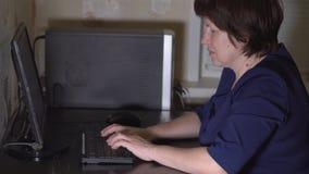 El contable de mujer adulta hace el trabajo en casa metrajes